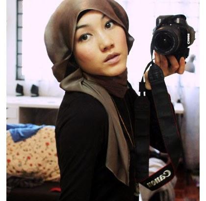 Tutorial Gaya Hijab Simple dengan Scarf Satin Segi Empat