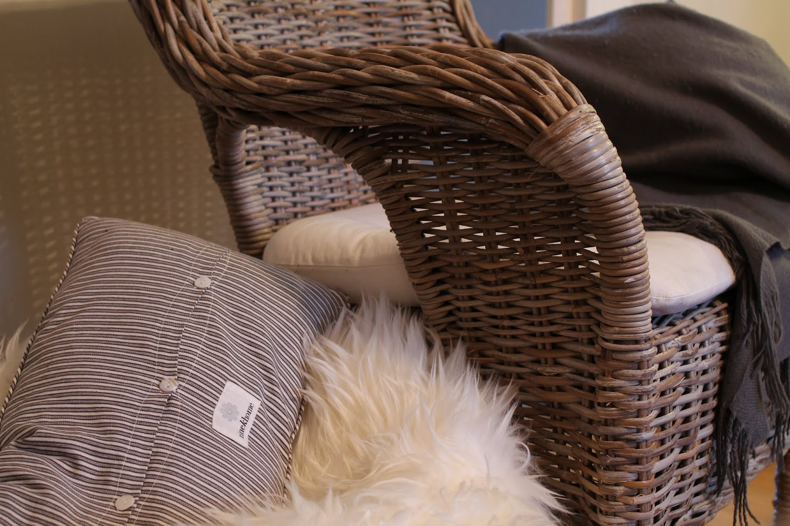 cozy corner, takka, ikea lampaantalja, tineK tyyny, tyynynpäällinen, byholma nojatuoli, tineKhome