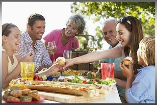 familia_comiendo_felices_y_saludables