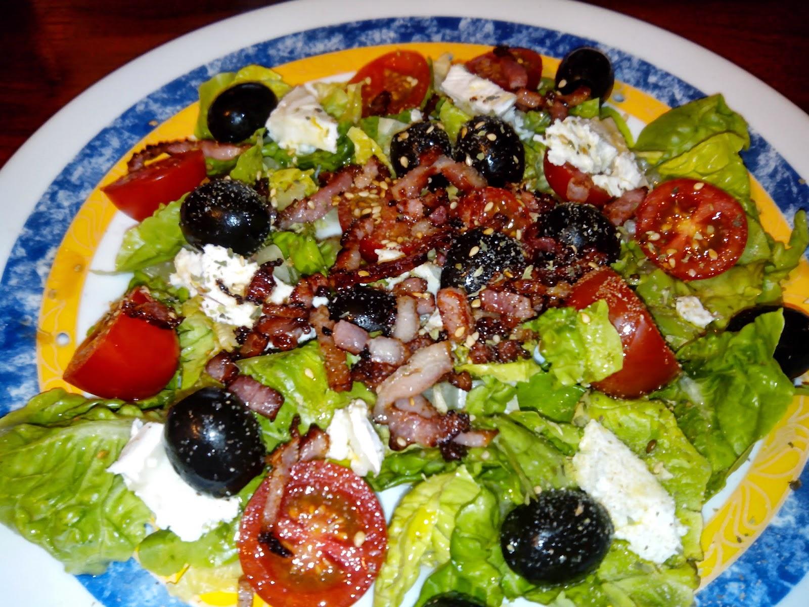 Imagen de la ensalada de lechuga, tomate, bacon, aceitunas y queso de cabra