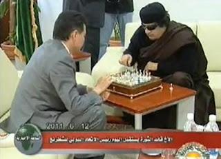 Kadhafi joue aux échecs à la télévision libyenne
