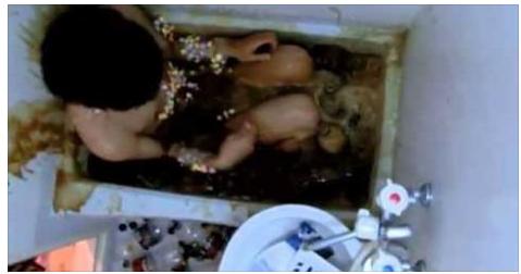 هذا الشاب قرر الاستحمام في حوض مليء بالكوكاكولا شاهد ما حدث له !