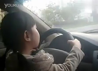 Budak umur 4 tahun pandu kereta di tengah jalan sibuk