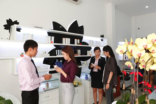 Tư vấn nhiệt trình mọi thắc mắc của khách hàng khi đến với công ty Mỹ Phẩm Hoa Anh Đào