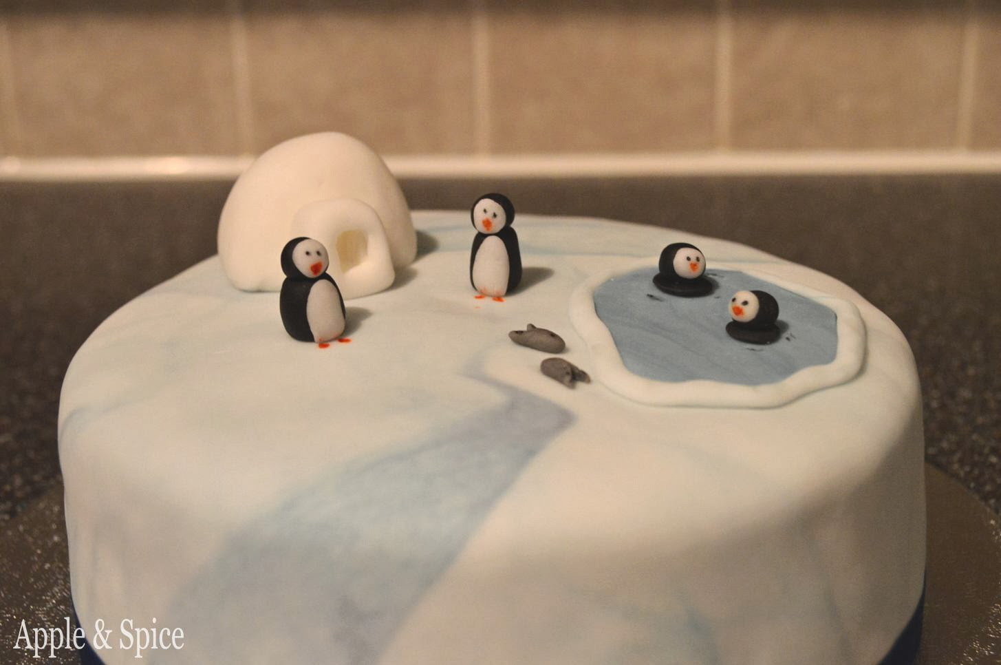 Christmas Cake Decorations Penguins : Apple spice christmas cake penguins