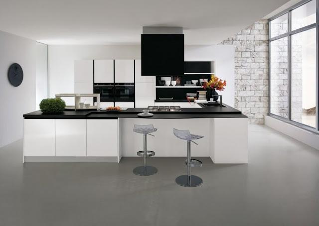 Cuisine aménagée moderne blanche avec plan de travail noir galbé. Façades blanc brillant fabriquées par Gicinque