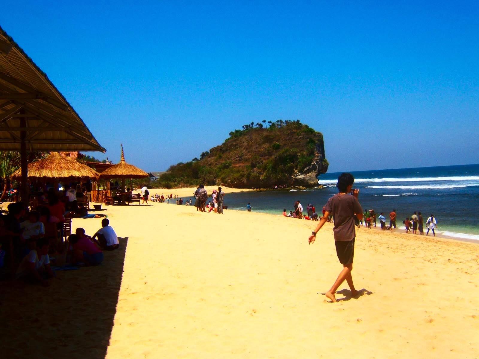 Suasana saat mulai ramai di Pantai Indrayanti