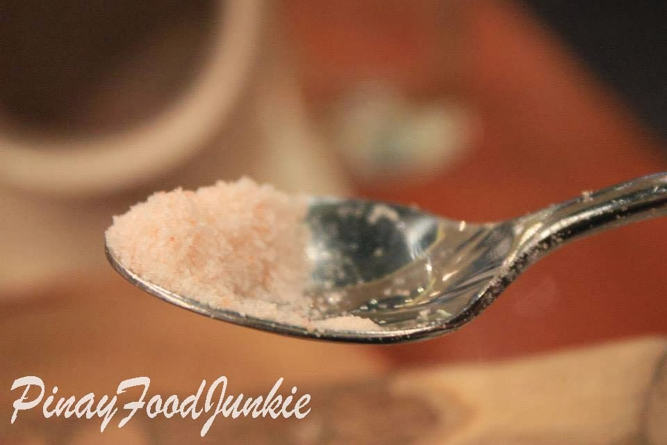 himalayan pink salt in a spoon