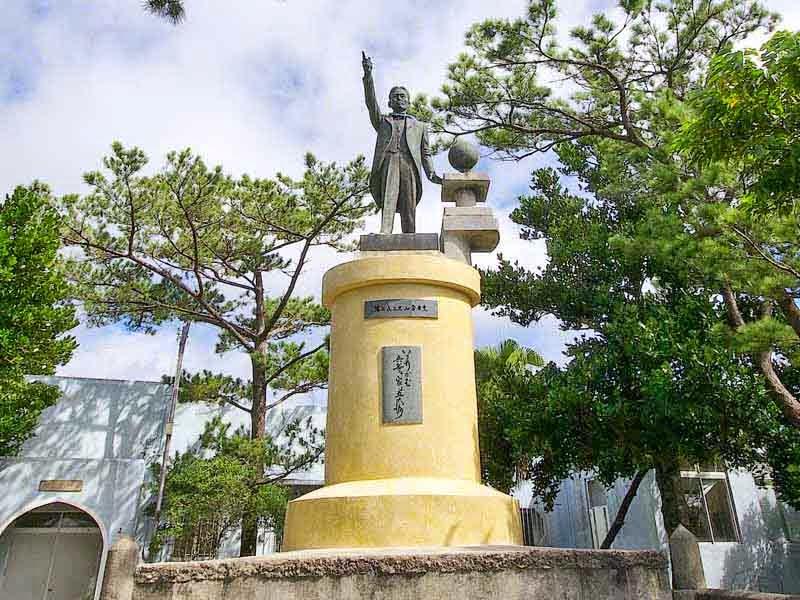 statue pointing, Kyuzo Toyama, Emigrate east