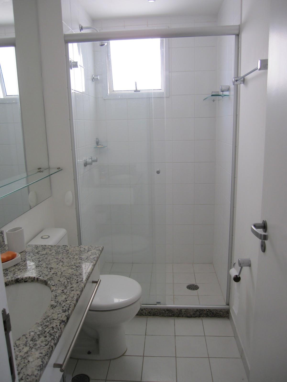 Quarto 1 mesa de escritório e guarda roupas embutidos persianas de  #5E4F46 1200x1600 Banheiro De Blindex