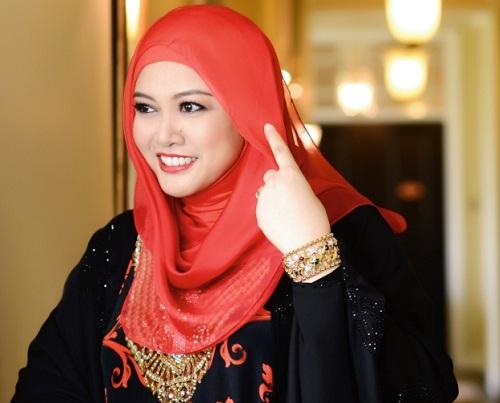 Gambar terkini Permaisuri Siti Aishah hiasi majalah Nona!