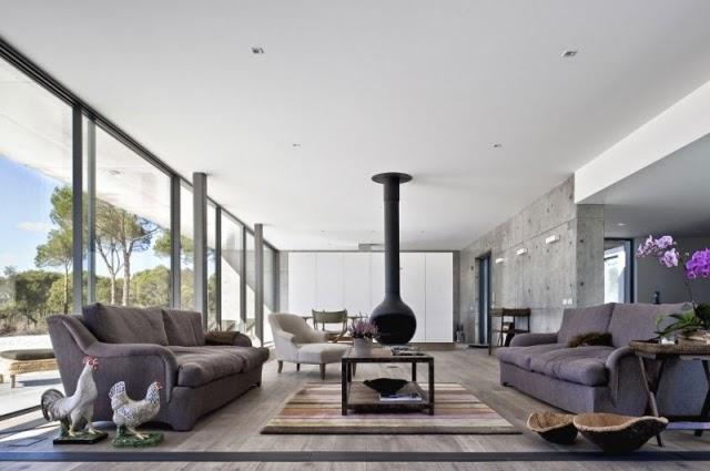 Interiores de salas modernas con chimeneas