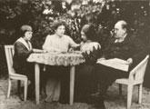 Émile Zola en el jardín de Verneuil con su familia secreta: su amante Jeanne Rozerot y los dos hijos que tuvo con ella (fotografía de Émile Zola)