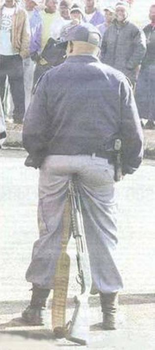 policía recostado de escopeta