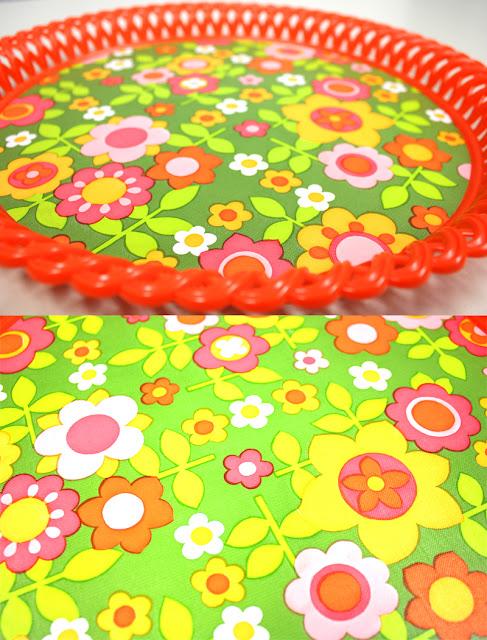 Rundes Vintage Tablett aus den 60er, 70er Jahren mit Blumenmuster, Prilblumen, orange, rosa, pink, gelb, grün, weiß. Super Zustand, sieht aus wie neu