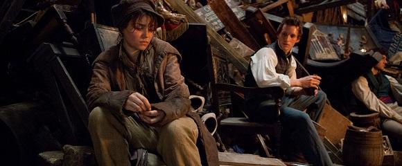 Samantha Barks e Eddie Redmayne em OS MISERÁVEIS (Les Misérables)