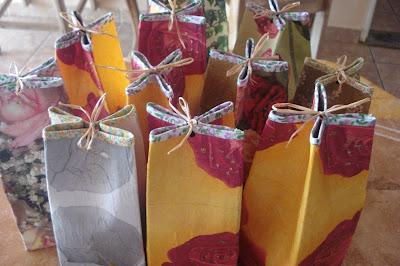 embrulhos e sacolas para presentes Cai17