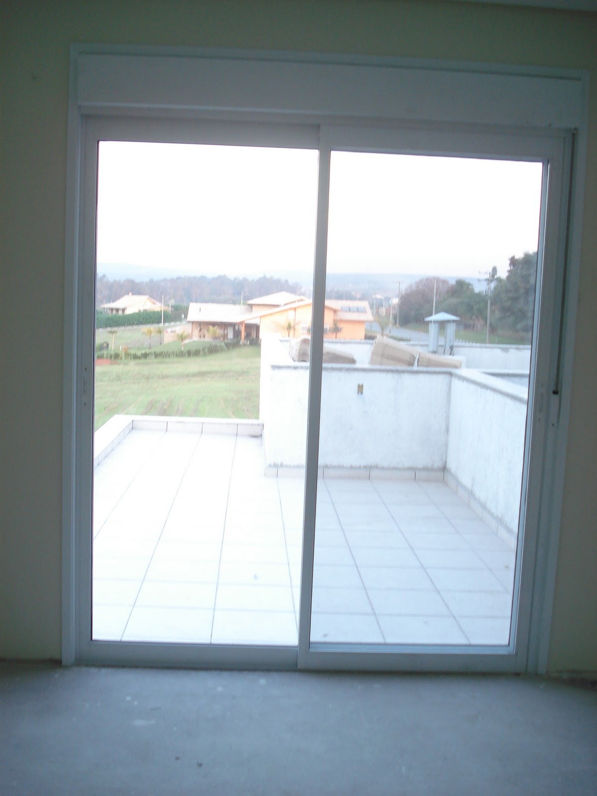 #446D87 Vista Interna da Porta acima só que com a persiana fechada. 4386 Janela Aluminio Integrada
