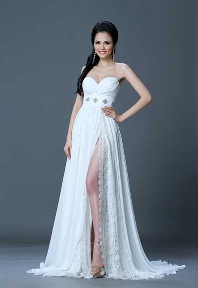 Diễm Hương đã chọn bộ đầm sặc sỡ này để diện trong buổi chụp hình trang phục dạ hội cùng 88 thí sinh khác của Miss Universe 2012 tại Las Vegas. Ảnh: G.B.