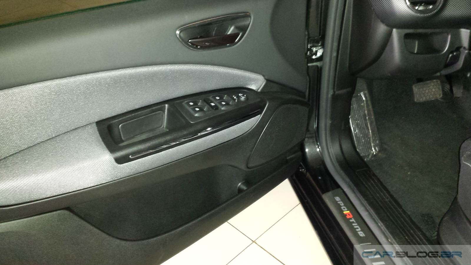 Fiat Bravo Sporting 2016 Preto Vesúvio Dualogic - painel de porta