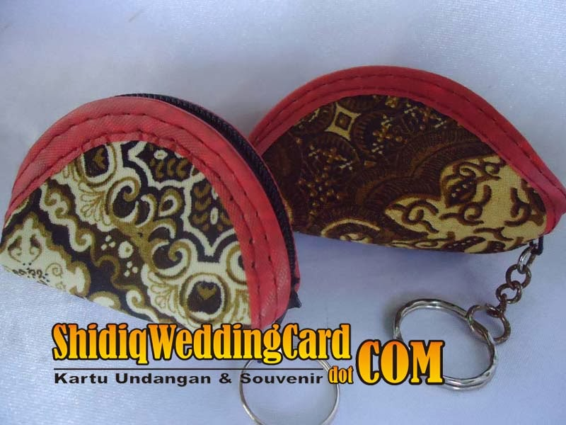 http://www.shidiqweddingcard.com/2014/02/souvenir-gantungan-kunci-dompet.html