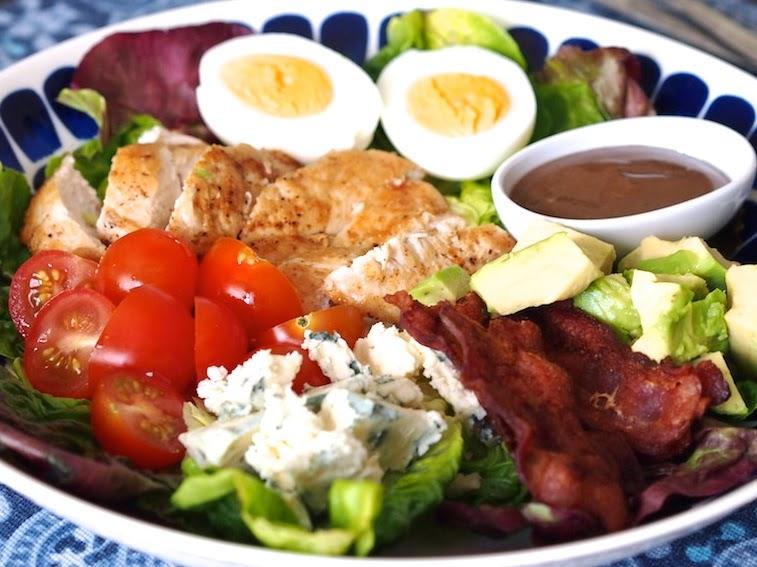 Tuhdin ruokaisa Cobbin salaatti