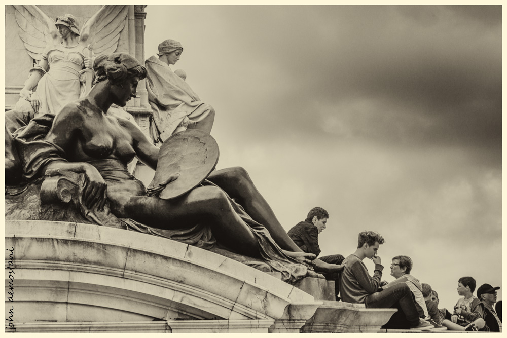 street photography, art, people, statues, Buckingham Palace