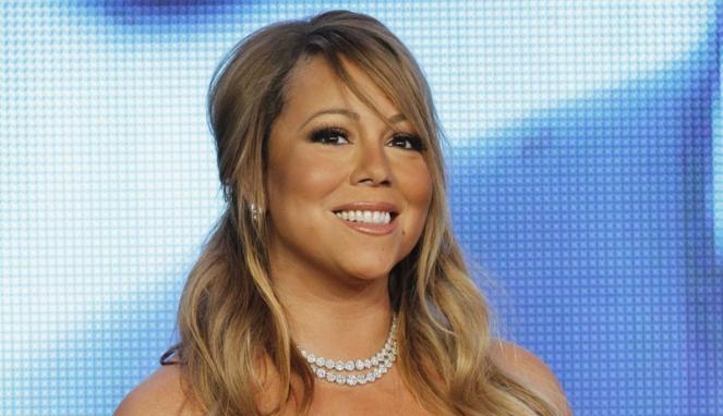 Foto Gaun Melorot Puting Mariah Carey Kelihatan Artis Unik