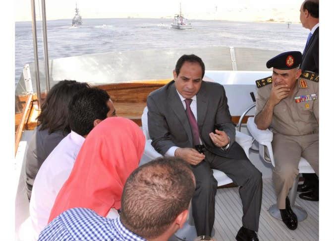 الرئيس عبدالفتاح السيسي يزور مئات العاملين بموقع قناة السويس الجديدة