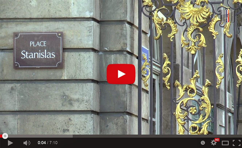 En suivant le guide dans les rues du centre historique de Nancy (54).