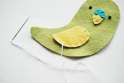 Papagaio de feltro com moldes passo a passo