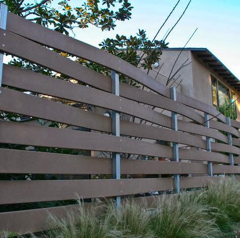Cerco de casa en color marrón tiene entramado tipo canasta