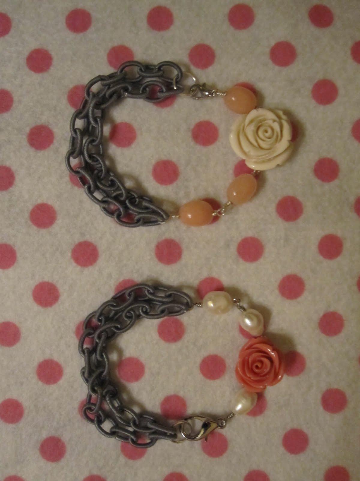 Pulseras en plateado con rosas en blanco y coral, perlas de río o cuentas ovales de jade salmón y cadena de anillas grises de hilo. (VENDIDA ROSA EN CORAL).