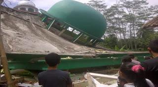 Foto  Gempa 6,5 SR Kebumen, Masjid di Banyumas Ambruk