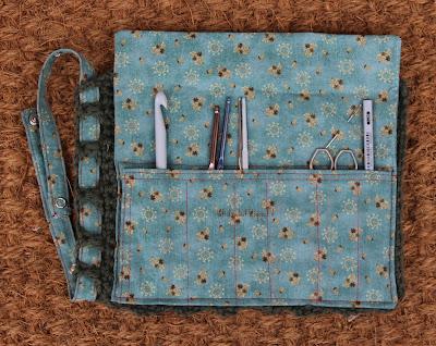 La Frida sul sofà: Astuccio per uncinetti in lana e cotone; crochet hooks case