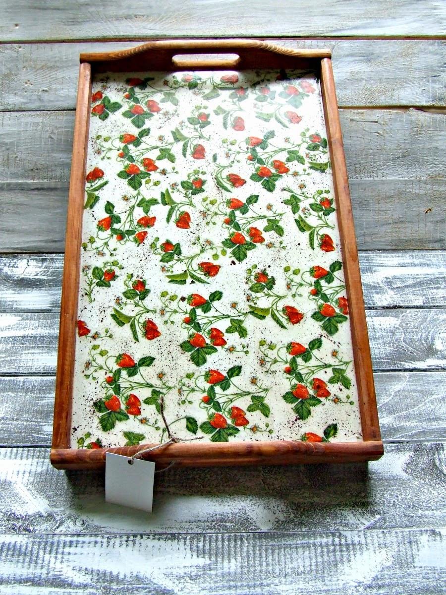 Taca śniadaniowa Truskawka. Taca do łóżka decoupage z motywem truskawek i poziomek by Eco Manufaktura