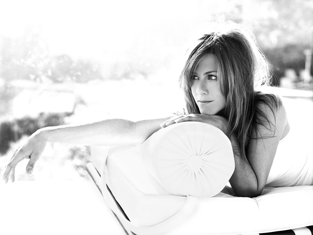 http://4.bp.blogspot.com/-MiL5cMM_DCM/TaZSzScR7DI/AAAAAAAAD4w/880f05FTn-w/s1600/Black+and+white+wallpaper+of+Jennifer+Aniston+lying+down.jpg