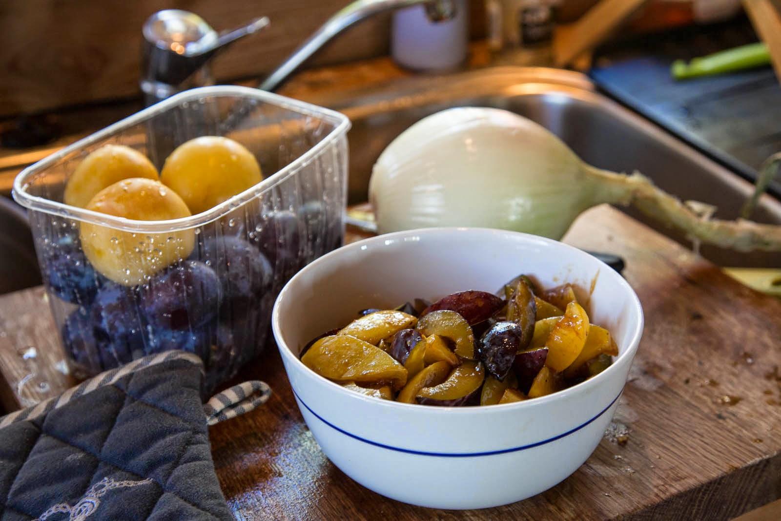 Viismausteella maustettua luumusalaattia, friteerattua inkivääriä ja appelsiininkuorta