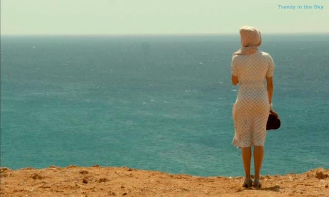 Sira Quiroga vestido blanco con círculos morados. El tiempo entre costuras. Capítulo 4.