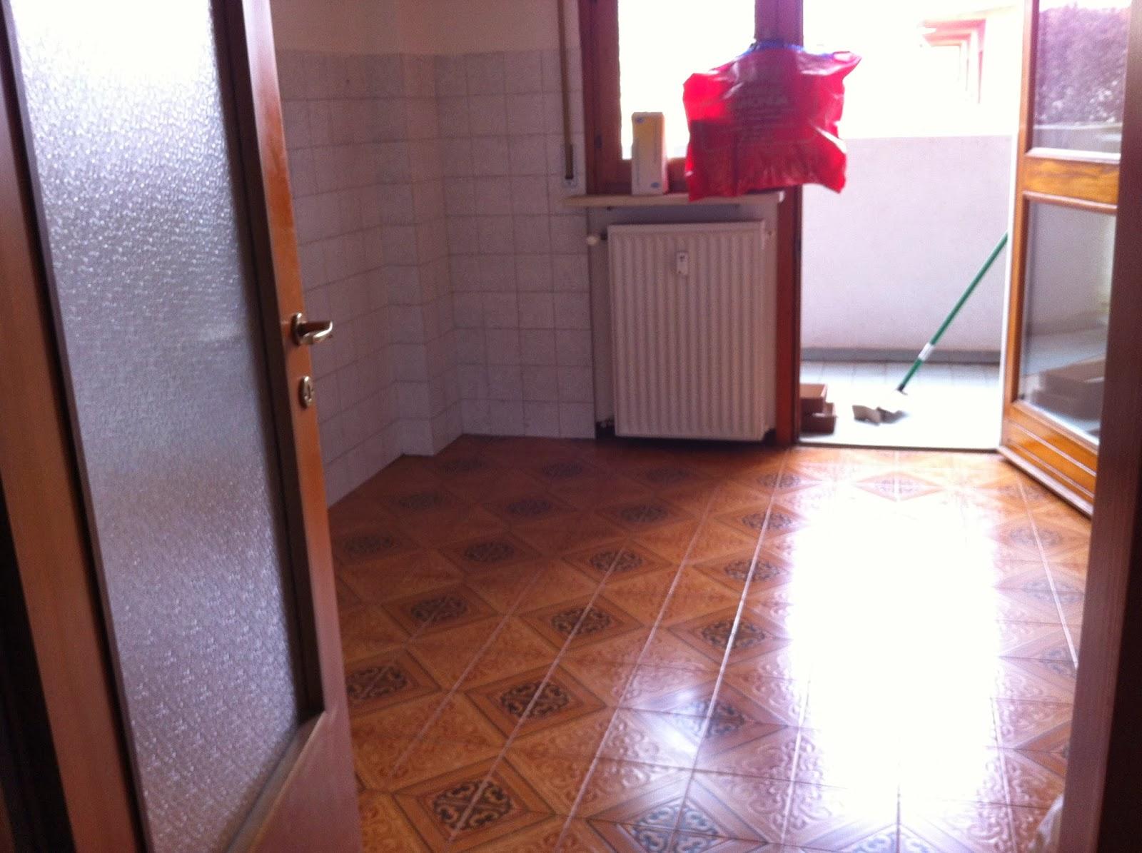 Piastrelle in pvc in cucina - Verniciare piastrelle pavimento ...