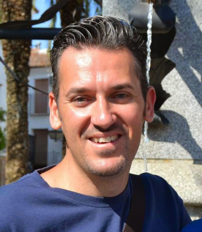 Diego Miguel Fernández Alcolea, nació en Palma de Mallorca en el año 1971. Vine al mundo con las manos vacías y sin nada; pero me iré con muy buenos amigos ... - 1149039_665396336821658_95853358_n