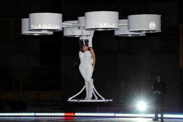 Lady Gaga divulga álbum ARTPOP com vestido voador