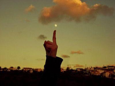 [dito del saggio che indica la luna]