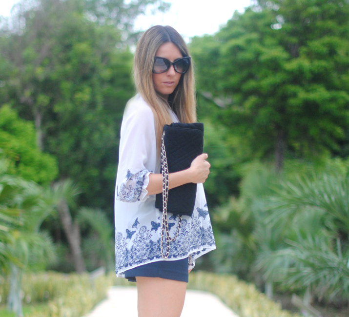 Outfit with printed blouse and shorts at mexican fashion blog by Mónica Sors