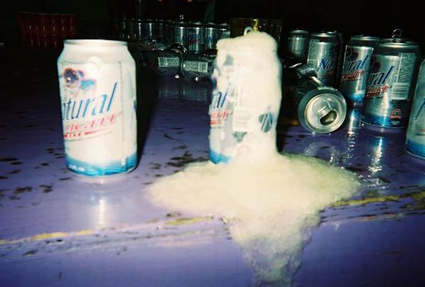 INCREÍBLE! Sobrevive bajo la nieve tomando cervezas!