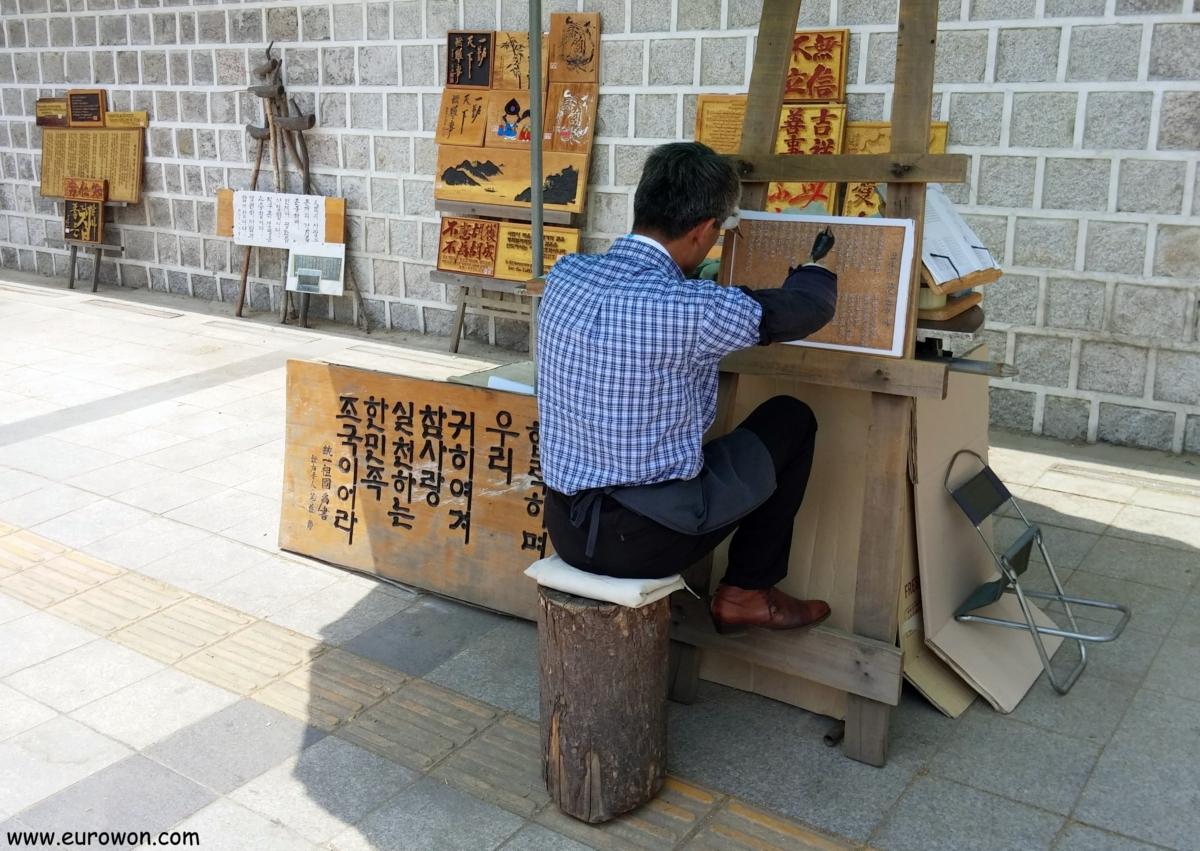 Artesano coreano manco haciendo grabados de madera en Seúl