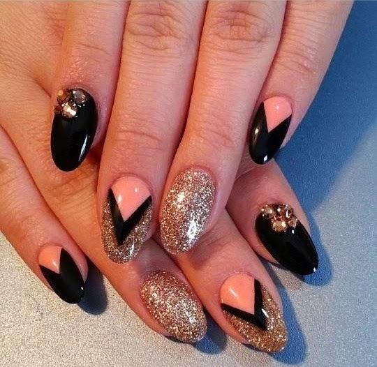 2) Nero, oro e un tocco di nude, per unghie eleganti ma particolari  (TheNailBoss)