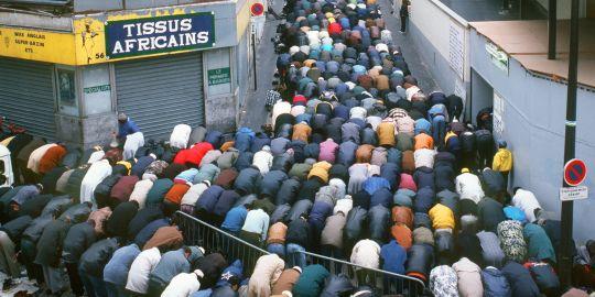 http://4.bp.blogspot.com/-MkVcHerV7wE/Tl0j51ShiOI/AAAAAAAAAnk/F5YzIl-hMMQ/s1600/-musulmans-font-la-priere-de-l-aid-al-fitr.jpg