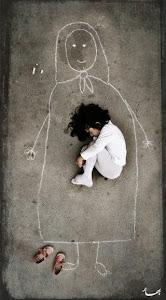 在伊拉克一個孤兒院,小女孩在地上畫了一個媽媽,她想像著躺在媽媽懷裡,然後睡著了~願這世上不再有災難,不再有戰爭,不再有骨肉分離。願我們珍惜所擁有的,並盡可能給予他人關愛,愛能融化苦難的冰山。