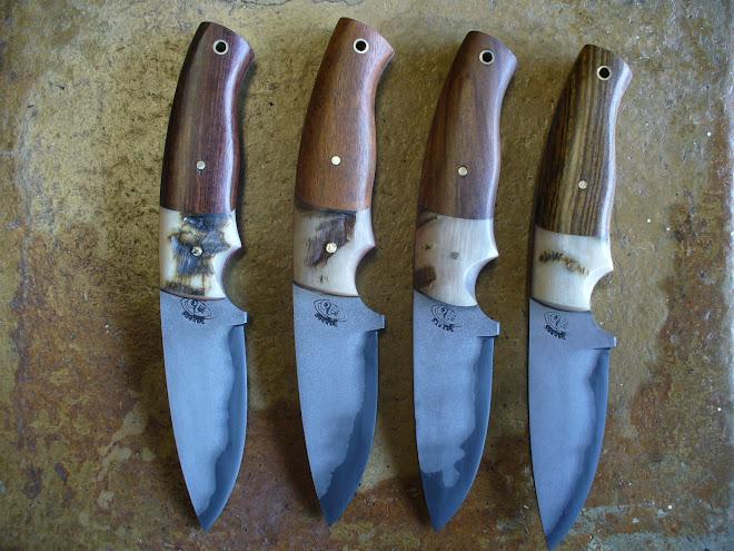 Cuchillos full tang laminados de tres capas centro de O1 y exteriores de 1018, encabados con cuerno